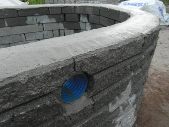 Valaisimen kehys eli pätkä 110 mm sadevesiputkea muurattu kiinni.