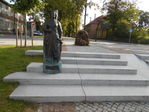 Venäjän hallitsijana 1700-luvulla toimineen Katariina II:n patsas. Katariina II perusti Võrun kaupungin vuonna 1784. Võru on siis ollut kaupunki aina, kun moni muu paikkakunta muuttuu kaupungiksi vasta sitten kun on kasvanut tarpeeksi suureksi.