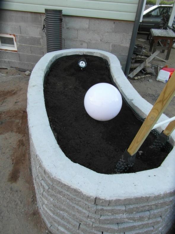 Lamput ja johdot saatu paikoilleen altaaseen.