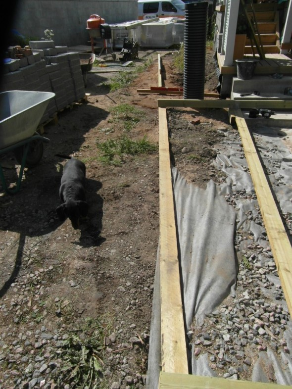 Terassin reunan jatkeeksi tulee suoraan linjaan kolmas kukkapenkki katetun terassin edustalle.