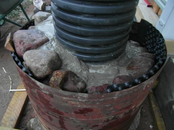 Valumuotti alkaa täyttyä. Käytin ylimmän tason isojen kivien kanssa tarvittaessa pientä kiilaa, jotta valumuotin olisi saanut helpommin vedettyä pois niin, että ylimmän kerroksen kivet ei sitä estäisi.