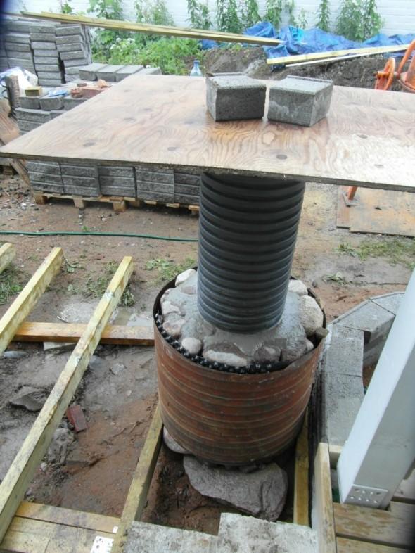 Valutöiden lopuksi sade yllätti - ja pisarat tuli niin kovalla voimalla, että niistä jäi vähän jälkiä sliipattuun betoniin  ihan niin kuin lintu olisi tuoretta betonia nokkinut. Eikä sitä saanut siinä vaiheessa enää kunnolla korjattua, betoni oli jo alkanut jäykistyä, ja uutta betonia en alkanut tekemään. Joten vanerilevy sateensuojaksi päälle.