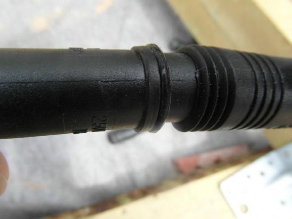 """Lähikuva Easy Connect kaapelin liitoksesta. Ulkokuoressa näkyy kapea viiva eli """"valu-ura"""", joka syntyy kun liittimen muoviset puolikkaat on tehtaalla puristettu toisiaan vasten. Tämä ura helpottaa myös asennustöitä, eli kun katsoo, että nämä pikku-urat tulee kummassakin osassa kohdakkain, niin silloin myös liittimen sisällä kaikki metallipiikit menevät heti oikeisiin koloihinsa."""