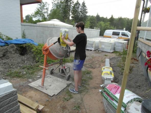Matti hoiteli betonimyllyn ja auttoi portin paikoilleen nostamisessa - ei sitä olisi yksi oikein märkään betoniin ja vatupassiin helposti saanutkaan, se painaakin jo jonkin verran.