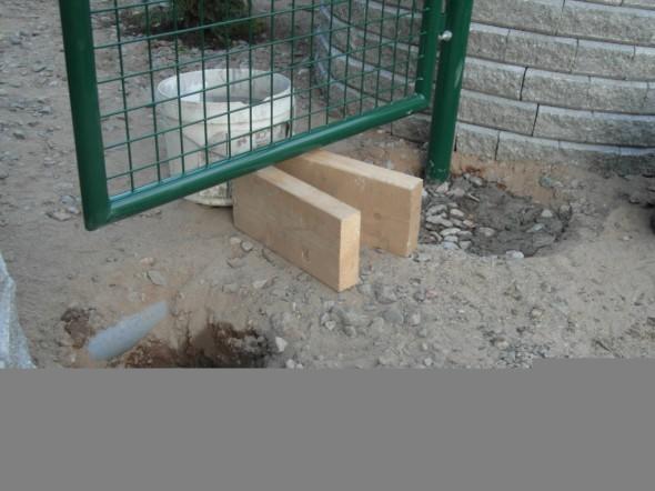 Kuuden tuuman pattingin pätkät antaa osviittaa siitä, mille korkeudelle portin alalaita tulee. Ensin pihakivet ottavat noin 5 cm tilaa, sen jälkeen jää portin alle vielä 10 cm vapaata tilaa. Ei sitten talvellakaan lumi ja jää ota ihan heti kiinni.