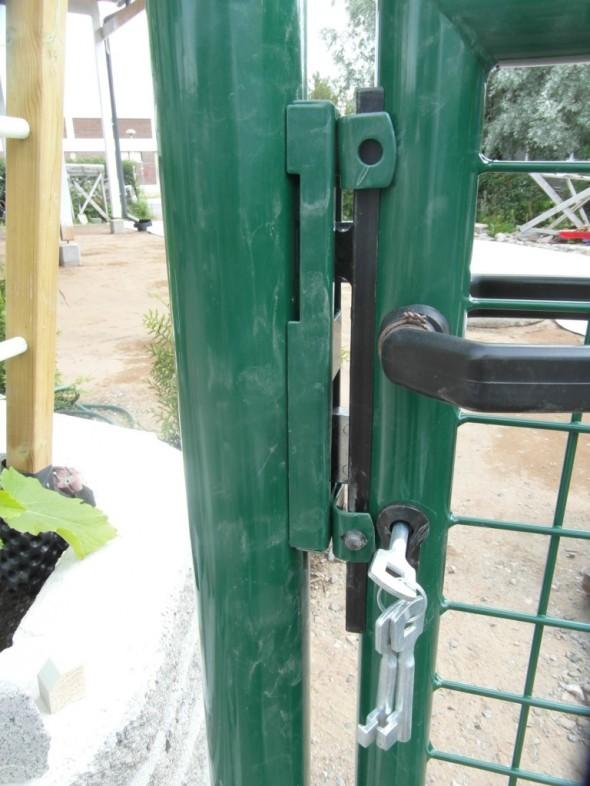 Portin lukko kokeiltu. Hyvin toimii. Tosin en taida lukkoa ikinä tarvita - jos joku haluaisi puutarhaan tulla silloin kun portti on lukossa, niin saahan tämän portin helposti kierrettyä. Lukko ja avaimet tuli kuitenkin portin mukana.