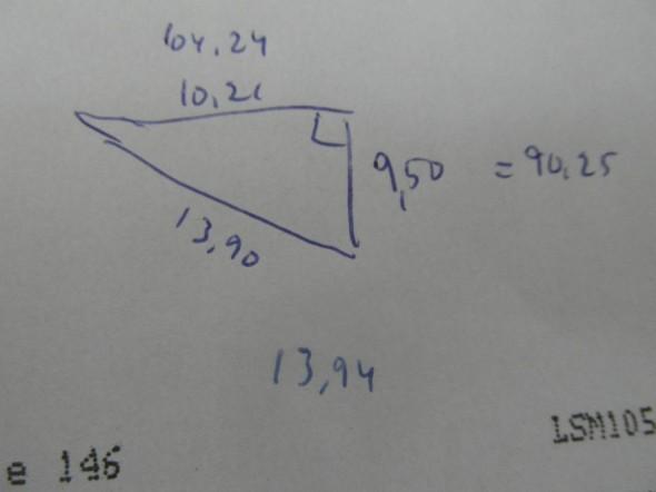 Sitten vielä Pythagoraan lauseella tarkistus, että onko suorakulma suora vai vino. Kun mittaustulosten perusteella pihan leveys on 9,50m, Talon leveys (mittakepistä mittakeppiin) 10,21m (talo itse 10,2 metriä leveä tässä kohtaa raput mukaan luettuna), ja näin kolmion pitkäksi sivuksi tuli 13,90m. Tarkistuslaskennan mukaan se oli 4 cm tarkkuudella oikein. eli pikkuisen hienosäätöä mittakeppien paikkoihin, niin sitten ainakin linjanarut on täsmälleen oikein. Miten sitten laatoitus suostuu linjanarua noudattamaan - niin se nähdään kohta.