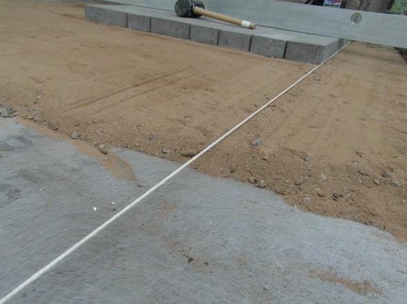 Linjanaru kertoo tarvittavan hiekkakerroksen paksuuden, ja vatupassilla levittäessä näkee myös vesivaa-asta samalla, että ei lanaa kovasti vinottain (muuta kuin sinne suuntaan mihin pihan pitääkin kallistaa).