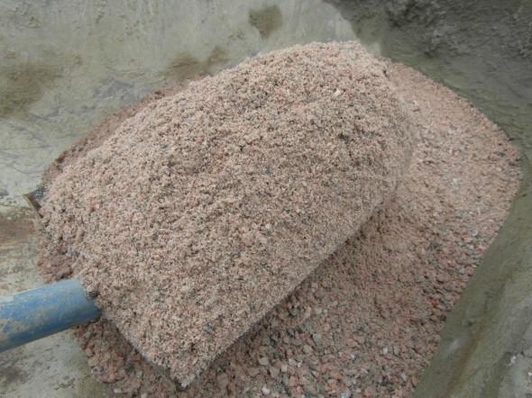 Aiemmin seulomalla saatu asennushiekka loppui. Nyt jatketaan kivituhkalla, jota uskallan myös suositella - se on helppo tasata, ja sen päälle on helppo latoa.