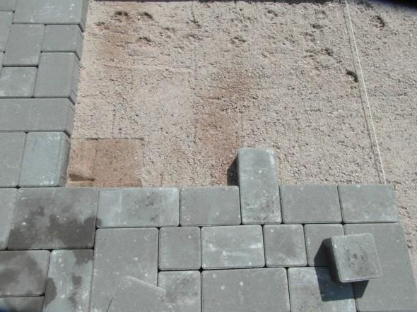 Yksinkertaisimmillaan rajalinajn voi häivyttää vaihtamalla vaikka vaan yhden kiven. Lopputulos on parempi, jos kuitenkin vaihtaa vähän useamman kiven, niin että rajalinja hyppii kunnolla, jolloin sen paikkaa ei jälkeenpäin muista enää itsekään.