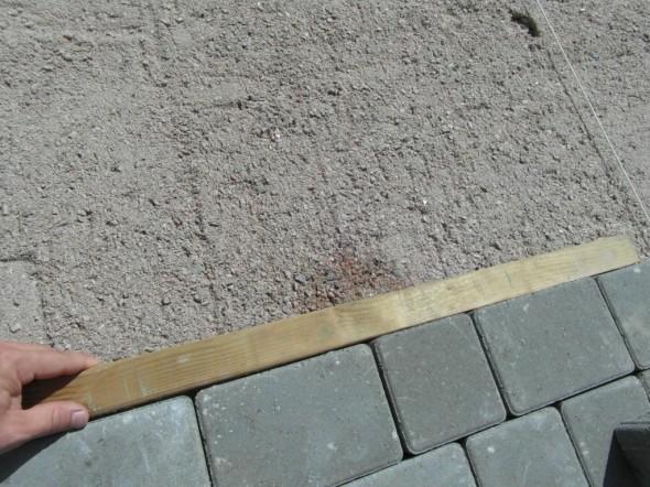Lopuksi riman pätkään pari napautusta, niin kivet ovat suorassa linjassa sen jälkeen.
