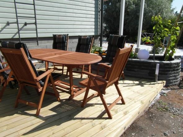 Säädettävä pöytä ja 6 säädettävää tuolia Tammiston Jyskistä. Koko settiä 4 tuolilla maksoi 529€ ja siihen 2 lisätuolia 55€ per kpl.