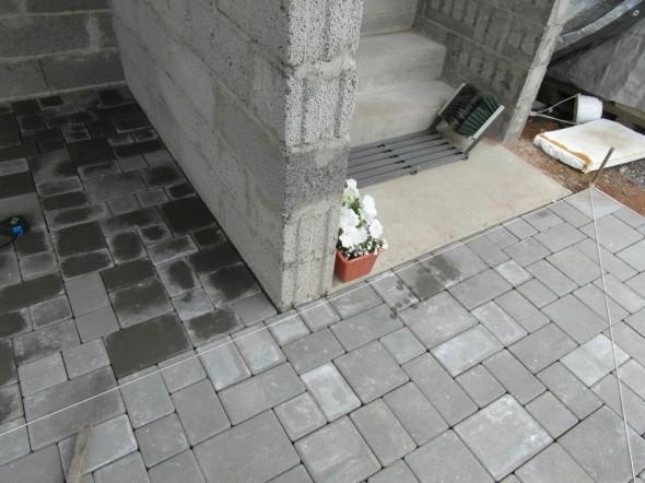Kivet seuraavat talon seinää aika kivasti. Hyvällä ennakkosuunnittelulla säätää paljon, eli toistaiseksi ei ole vielä katkaisulaikalla leikata yhtään kiveä.
