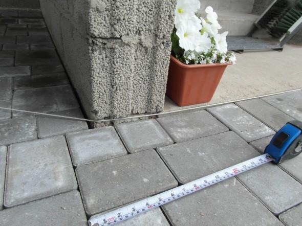 Roomankivet saa pykältämään 5-6 sentin välein. Sen ruurempaa rakoa seinän tai tolppien viereen ei voi syntyä - mikä onkin ihan hyvä ominaisuus näissä roomankivissä.