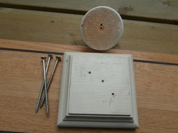 Tolpan hatun kaulukseen ja nuppiin tehty reikä halkeamisen estämiseksi. Tolpan kaulus tulee kahdella ruuvilla kiinni, ja nuppi yhdellä.